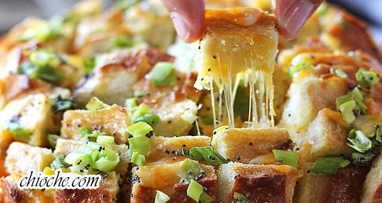 نان باگت پنیری با پیاز