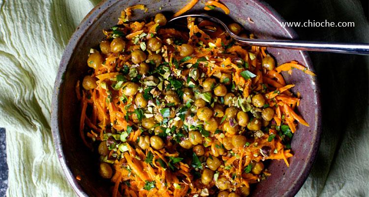 سالاد هویج و نخود با تزیین پسته شور