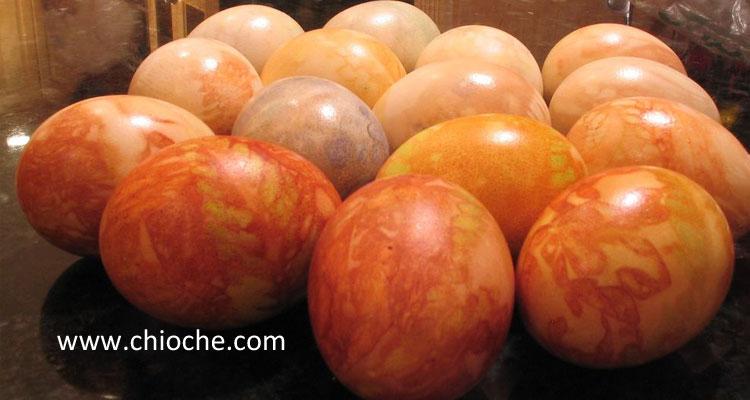 رنگ کردن تخم مرغ سفره هفت سین با استفاده از پوست پیاز