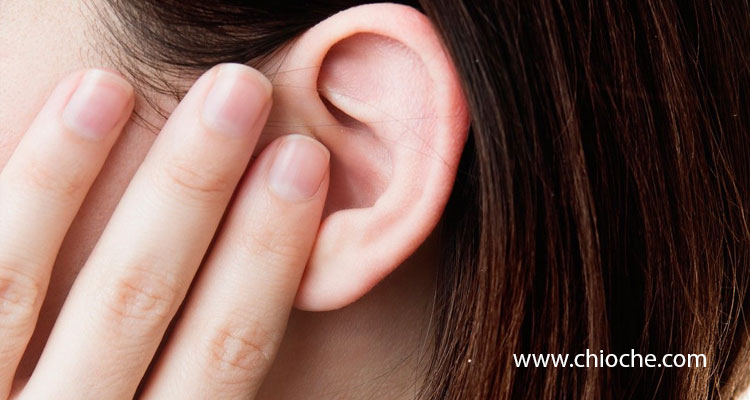 ۱۴ درمان خانگی برای رفع مایع موجود در گوش