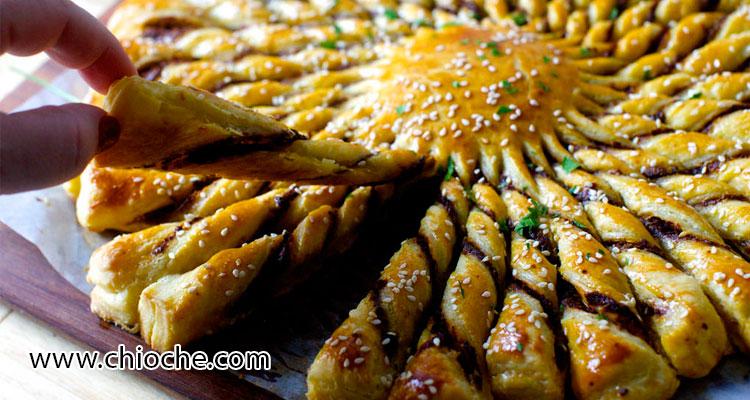 طرز تهیه نوعی پیش غذا با خمیر پیچی به شکل گل